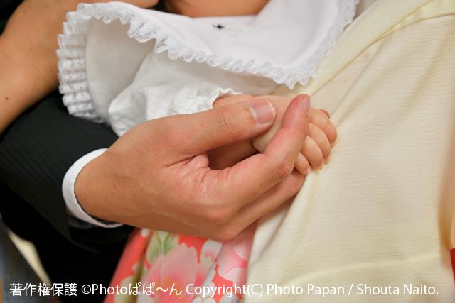 赤ちゃんのお宮参りの写真(小さな手)。