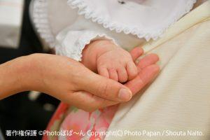 お宮参りの赤ちゃんの写真(小さな手)。