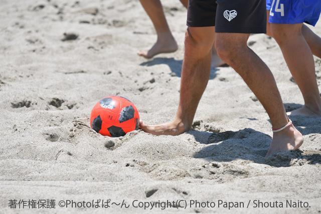 ビーチサッカーの練習風景とボール