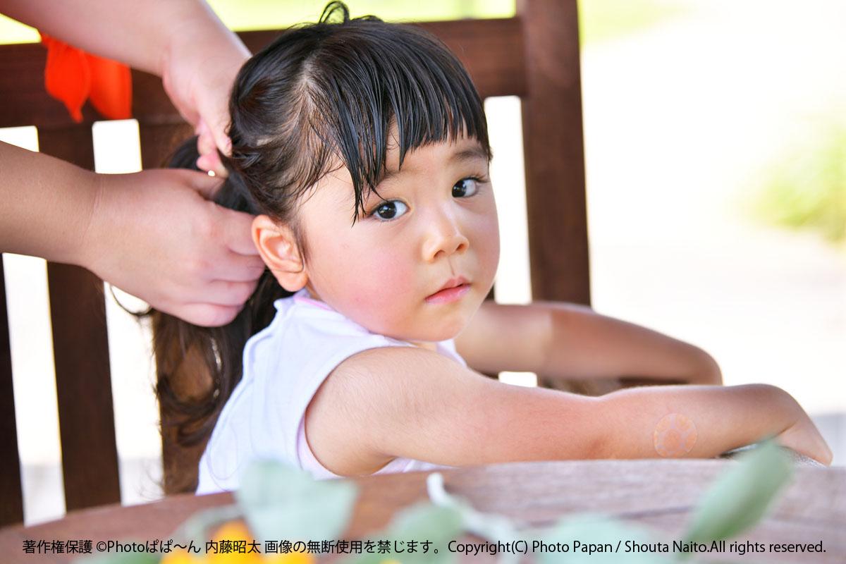 テーブルと椅子を使い、高低差を少なくする、子供写真の撮影方法