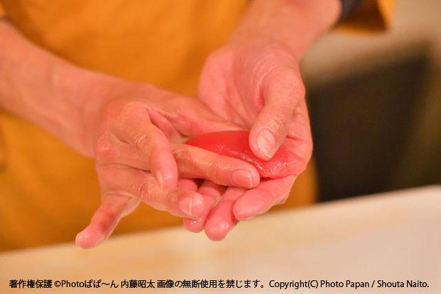 お寿司のマグロの赤身を握る、大将の手技。