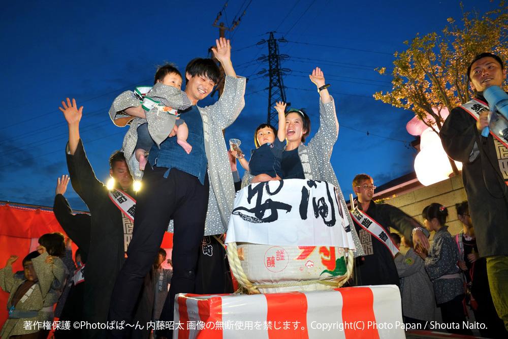 浜松まつり、お施主様の鏡開きの樽の前で、ご家族とお子様一緒に