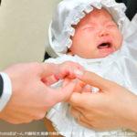 雨の日の井伊谷宮にて、赤ちゃんの初宮参り出張撮影。ご両親と赤ちゃんの小さな手の写真。