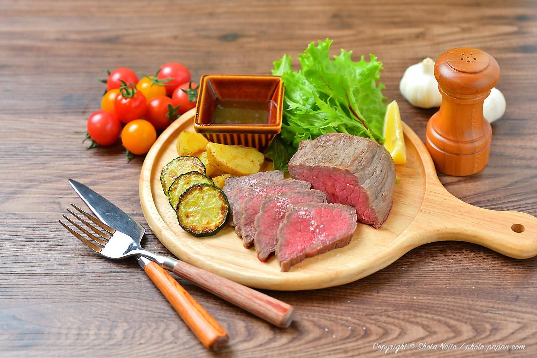 お料理写真、フードフォトのローストビーフ (赤身の牛モモ肉)
